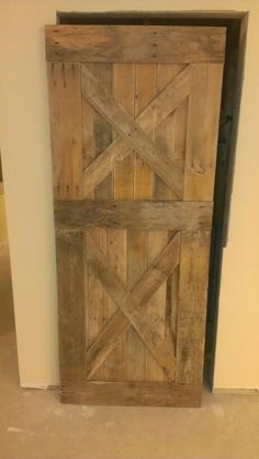 Barn door from pallets Die Tür zum Geschirrschrank Pallet Door, Pallet Barn, Barn Wood, Pallet Crafts, Pallet Projects, Home Projects, Wood Crafts, Rustic Farmhouse Decor, Rustic Decor