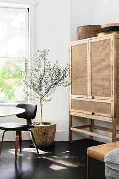 Open weave furniture and white walls / Living Room Makeover With Homepolish via Cup of Jo Living Room Kitchen, Living Room Decor, Living Spaces, Dark Floor Living Room, Interior Design Inspiration, Home Decor Inspiration, Style Deco, Style At Home, Interiores Design