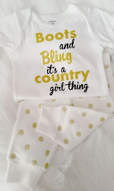 boots-bling-es-ist-ein-country-girl-thing-infant-gold-glitter-onsie-babykleidung-fur-pin/ - The world's most private search engine Baby Outfits, Baby Girl Dresses, Baby Dress, Kids Outfits, Dress Girl, Newborn Outfits, Country Babys, Country Girls, Country Music