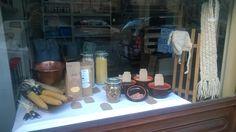 """Vetrina invernale per il negozio """"sacco-matto"""" di Torino. Legumi vari nelle ciotole di coccio e farine per polenta."""