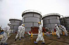 Operai al lavoro al reattore della centrale 1  Fukushima.