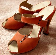 1940s Atomic Winged style Peep-toe Sandals in Orange. I want these!!