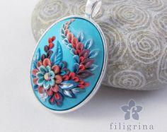 La main pendentif fleur de feu avec un motif floral par Filigrina