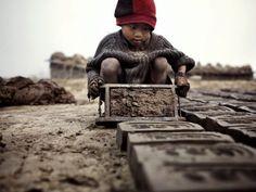 El Departamento de Trabajo de EUA publicó una lista con 128 bienes que generalmente son producidos mediante explotación infantil. Te presentamos a continuación una lista de los diez bienes utilizados con mayor frecuencia alrededor del mundo y de los que existen indicios que suproducción lleva implí