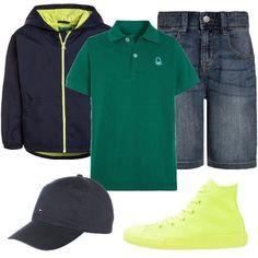Look bambino per scuola o tempo libero. La polo verde con bottoni è abbinata a giacca leggera in blu con cappuccio e pantalone in denim a pinocchietto. La sneaker alta è in giallo fluo e il cappellino con visiera in blu notte.