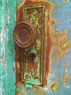 Rusted door handle- I love rust! Old Doors, Windows And Doors, Rust Never Sleeps, Door Knobs And Knockers, Rust In Peace, Peeling Paint, Rusty Metal, Door Furniture, Rustic Charm