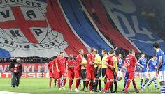 FC Twente moest het opnemen tegen Schalke 04 in de achtste finale van de Europa League. Op de foto een prachtige sfeeractie van de aanhang. De Tukkers wisten met 1-0 te winnen via een penalty. Luuk de Jong ging tegen de vlakte en schoot de toegekende strafschop ook zelf binnen. 08-03-2012