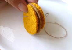 my felt friends : Tutorial - Sandwich biscuits Felt Crafts Diy, Food Crafts, Felt Diy, Sewing For Kids, Diy For Kids, Felt Food Patterns, Felt Play Food, Peanut Butter Sandwich, Pretend Food
