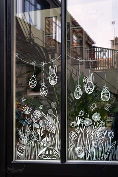 Painted Window Art, Decoration Creche, Spring Window Display, Chalk Lettering, Spring Painting, Chalk Markers, Christmas Drawing, Chalkboard Art, Window Design