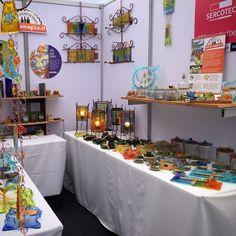 Hoy comenzamos en Manos Maestras 2017!!! Felices!!... estaremos hasta el sábado, de 11 a 21 hrs. No se lo pierda, está muy linda la expo este año. Stand 25, a la entradita por 3 norte. #manosmaestras2017 #vitrofusion #vidrioreciclado Bar Cart, Furniture, Home Decor, Recycled Glass, Glass Bottles, Recycling, Norte, Atelier, Studio