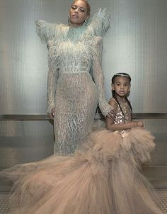 Beyoncé and Blue Ivy pose for the camera! They are both gorgeous. <3 #VMAs #BeyMAs