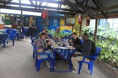 Familia Juan Vicente comiendo en Arusha con Gregory