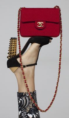 Chanel, Fendi Seguici su Hermans Style diventa nostra fan ed entrerai nel mondo fantastico del Glamour !!! Shoe shoes scarpe bags bag borse fashion chic luxury street style moda donna moda uomo wedding planner hair man Hair woman outfit time watch nail print photo foto fotografia cartoline Photography