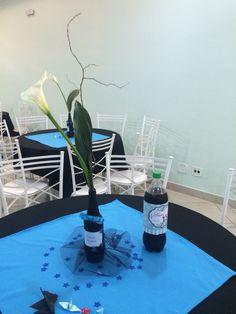 Decoração 15 anos azul e preto feita com garrafa de cerveja