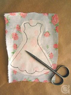 Amora's Crafts and Ideas: É Primavera! Sewing Barbie Clothes, Barbie Sewing Patterns, Sewing Dolls, Doll Clothes Patterns, Doll Patterns, Clothing Patterns, Diy Clothes, Shirt Patterns, Felt Crafts