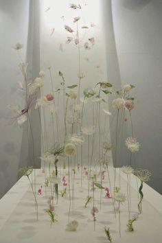"""Laurence Aguerre - Explorations et Sculptures Textiles: """"Un peu d'air"""" à… Sculpture Textile, Art Sculpture, Art Textile, Textile Artists, Sculpture Projects, Sculpture Ideas, Flower Installation, Fabric Installation, Laurence"""