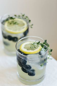 Limoncello prosecco with blueberries and thyme. The perfect summer cocktail. - DIY decoration - Limoncello prosecco with blueberries and thyme. The perfect summer cocktail. Prosecco Cocktails, Cocktail Drinks, Alcoholic Drinks, Italian Cocktails, Beverages, Sparkling Drinks, Cocktail Ideas, Martinis, Limoncello Drinks
