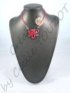"""SHAMBALLMOI  Collier en fil aluminium rouge et gris """"diamant"""" sur un tour de cou en résille rouge.  Composé de perles shamballa grises, d'une fleur rouge et d'une petite perle assortie.  Collection colorée et fleurie à porter sans aucune modération. Très léger, ces colliers seront un atout féminin à accorder à vos tenues de jour comme celles du soir !  Possibilité de créer sur demande, à la couleur de votre choix alors ne vous privez pas !"""
