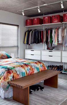 Closet aberto com gaveteiros, prateleiras e cabideiros Closet Bedroom, Bedroom Decor, Closet Space, Organizar Closets, No Closet Solutions, Closet Hacks, Build A Closet, Store Interiors, Dream Closets