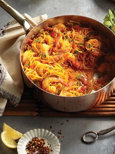 Spanish shrimp fideuá This intriguing dish includes many of the classic flavours of paella, like saffron, paprika and peppers, but with instant-cooking rice noodles in place of high-maintenance rice. One Pan Meals, Quick Meals, Pasta Dishes, Food Dishes, Spanish Shrimp, Cooking Recipes, Healthy Recipes, Cooking Rice, Free Recipes