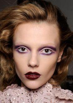 the way the eye shadow is done gives the illusion of deep set eyes. - Make up Looks - Catwalk Hair, Catwalk Makeup, Runway Makeup, Burgundy Makeup, Purple Makeup, Colorful Makeup, Deep Set Eyes Makeup, Simple Eye Makeup, Natural Makeup