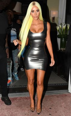 Kim Kardashian in a skin-tight mini dress with clear heels and a green wig Kim Kardashian Bikini, Kardashian Style, Kardashian Jenner, Kardashian Kollection, Kylie Jenner, Robert Kardashian, Tight Dresses, Sexy Dresses, Bandage Dresses