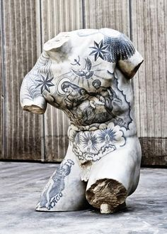 The combination of marble art, classicism, and tattoos is a choice repeated several times in the works of the modern artist, Fabio Viale Human Sculpture, Modern Sculpture, Lion Sculpture, Russian Prison Tattoos, Russian Tattoo, Mannequin Art, Art Antique, Best Artist, Art And Architecture