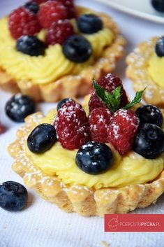 Lemon Berry Cheesecake Puff Pastries-So simple and yummy! I'm a huge fan of lemon curd. And fruit. And pastry. Easy Desserts, Dessert Recipes, Yummy Recipes, Delicious Desserts, Breakfast Recipes, Artisan Cake Company, Creme Brulee French Toast, Berry Cheesecake, Lemon Curd