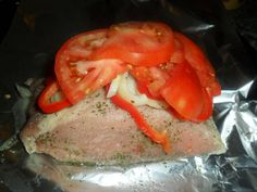 Fabulosa receta para Lomo de cerdo al horno con verduras . Esta sí que es una receta práctica porque se puede preparar para servirla caliente, en el momento, o bien. para servirla fría. Una cinta de lomo cubierta  tomate, pimiento y cebolla cocinada en el horno envuelta en papel de aluminio. Una vez cocida, se la corta en rodajas finas y se acompaña con patatas, pastas o ensaladas tanto fría como caliente. Incluso se la puede emplear para bocadillos añadiéndole alguna sabrosa salsa.