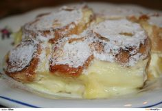Rohlíky si nakrájíme na kolečka a namočíme v mléku s cukrem a dvěma vejci. Naklademe na dno pekáčku, na ně nastrouháme jablka, polejeme pudinkem...