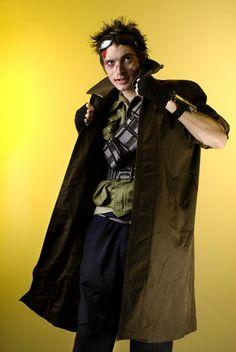 Le visiteur du futur : ceinture gadget sur le torse, veste longue avec long col
