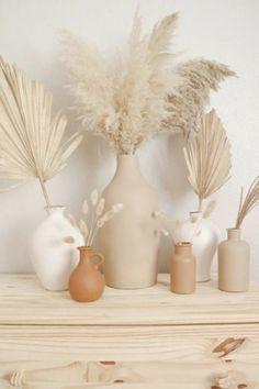 N'offrez plus juste des fleurs éphémères, ajoutez un joli vase pour que le plaisir dure plus longtemps! Retrouvez sur le blog mes sélections de vases déco à s'offrir ou à offrir! #décoration #vase #fleur #cadeau #slow #simple #poterie Home Decor Vases, Diy Home Decor, Vase Decorations, Living Room Decor, Bedroom Decor, Boho Room, Aesthetic Room Decor, Home Decor Inspiration, Boho Decor