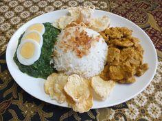 ayam besengeh met witte rijst, spinazie en emping