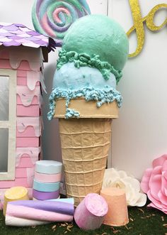 How to Make a Giant Ice Cream Prop - Sylvia West - How to Make a Giant Ice Cream Prop Cool Ice Cream Design - Giant Ice Cream, Diy Ice Cream, Ice Cream Theme, Ice Cream Party, Cream Cream, Diy Cupcake, Anniversaire Candy Land, Giant Lollipops, Candy Land Theme
