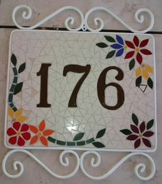 Numero em mosaico Mosaic Diy, Mosaic Crafts, Mosaic Glass, Stained Glass, Mosaic Furniture, Address Plaque, House Numbers, Christmas Images, Yard Art