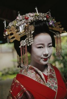 A 'tayu' or courtesan in the garden of a tea house.  Location:Kyoto, Japan.  Photographer:JODI COBB/National Geographic Stock