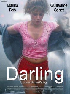 Darling (2007) de Christine Carrière. Darling es una mujer de hoy. Da la impresión de elegir siempre el camino equivocado. Sufre pero no se ve como víctima. No siente lástima de sí misma. Por el contrario, muestra una pasión por la vida contra todo pronóstico. Ella está luchando por existir. Si se cae, se levanta. Porque Darling es ingenua y audaz, valiente e instintiva. Tiene la fuerza vital de una heroina trágica. Le Village Film, Top Movies, Movies To Watch, Darling Movie, Ip Man 4, Popular Ads, Star Francaise, Films Cinema, French Movies