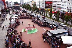 """La 5ème édition du Vans Downtown Showdown revient en Europe cet été au Grande Halle de la Villette le 31 août ! Venez apprécier le contest de skate le plus créatif d'Europe. Cet évènement original associe le meilleur du Skateboard, de l'art, de la Musique et de la street culture. Les meilleurs skateboarders mondiaux seront présent pour une """"battle"""" de performances.  SWEETKEY VOUS TROUVE UN APPARTEMENT -->  www.sweetkey.fr"""