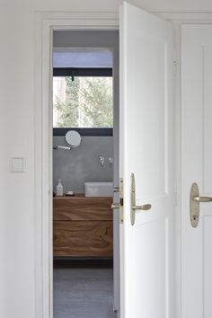 Minimalsit bathroom by Nordiczen
