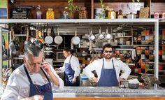 Uri Navon (re.) und zwei seiner Köche in der offenen Küche des Machneyuda (Jerusalem)