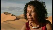 Malika Mokeddem nació en Kenadsa (Argelia), 1949. Inició estudios de medicina en Orán y practicó su profesión hasta 1985 cuando decide consagrarse a la literatura. Hija de una familia analfabeta nómada recién sedentarizada,creció escuchando las historias de su abuela beduina Zohra, y fue la única niña en su familia y poblado en haber cursado estudios de nivel secundario.