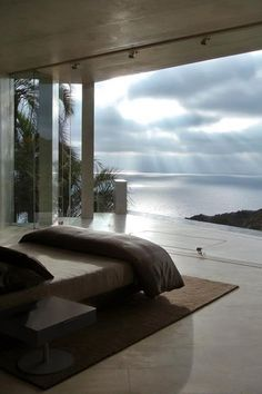 Deixe a luz entrar! Nem só os tapetes aquecem os ambientes. Alguns truques simples de decoração, como trocar objetos e mudar a iluminação, ajudam a espantar o frio da sua casa. Confira dicas para deixar quarto, sala, banheiro e até a cozinha mais 'quentes' e aconchegantes. Há quem ame e quem odeie as baixas …