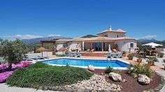 Villa El Pajarero bevindt zich in het gebied El Jaral, dat gelegen is rond een heuveltop tussen Vélez Malaga en Torre Del Mar.   De villa ligt op een hoogte van 500 meter boven de zeespiegel en op de top van een heuvel.  Het appartement betreft een gedeelte van de villa, het andere deel van de villa word bewoond door de eigenaar.   De unieke ligging geeft u een adembenemend uitzicht van 360 graden.