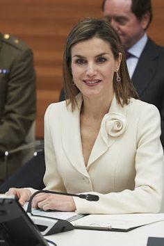 S.M Reina Letizia: SU NUEVO BÁSICO: BLANCO Y ROJO / HER NEW BASIC: RED & WHITE