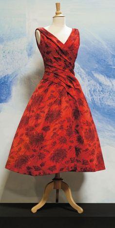 Christian Dior (1905-1957), automne-hiver 1957, robe « Venezuela » en soie chinée à la branche à motif de fleurs.