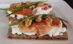 Zin in een supersnelle maar heel lekkere lunch? Beleg een cracker dan eens met Hüttenkäse, rauwe ham, bieslook en walnoten. …