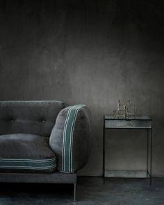 décoration intérieure : mur et canapé en velours gris