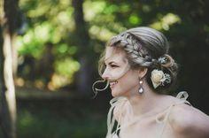 Penteados modernos para noivas: Tranças em penteados presos também dão sofisticação e entram em perfeita harmonia com flores