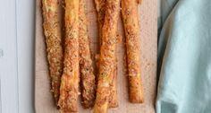 Lekker en simpel recept voor kaasstengels van bladerdeeg. Snack Recipes, Snacks, Tapas, High Tea, Diy Food, Bacon, Appetizers, Eat, Breakfast