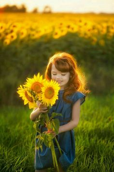 True friends are like bright sunflowers that never fade away, even over distance and time. ― Marie Williams Johnstone Helianthus Annus or know as Sunflower, Little Girl Photography, Toddler Photography, Photography Poses, Sunflower Field Pictures, Sunflower Field Photography, Foto Baby, Sunflower Fields, Jolie Photo, Beautiful Children